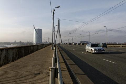Bild: Rīga - Die Schrägseilbrücke oder Vanšu-Brücke oder Vanšu tilts über den Fluss Daugava. Die Brücke ist einer der Hauptverkehrsadern von Rīga. Foto von Anfang November 2011. Klicken Sie auf das Bild, um es zu vergrößern.