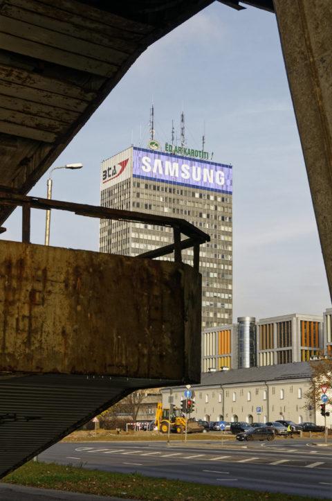 Bild: Rīga - Die Schrägseilbrücke oder Vanšu-Brücke oder Vanšu tilts über den Fluss Daugava. Fußgängeraufgang zur Brücke - Der Beton hat seine besten Zeiten hinter sich. Foto von Anfang November 2011. Klicken Sie auf das Bild, um es zu vergrößern.