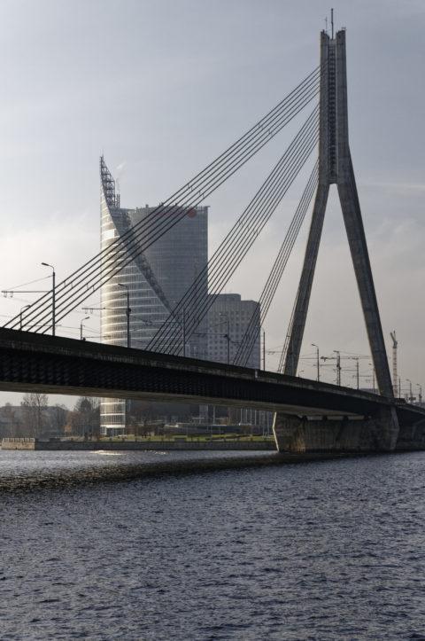 Bild: Rīga - Die Schrägseilbrücke oder Vanšu-Brücke oder Vanšu tilts über den Fluss Daugava. Blick auf den Pylon. Foto von Anfang November 2011. Klicken Sie auf das Bild, um es zu vergrößern.
