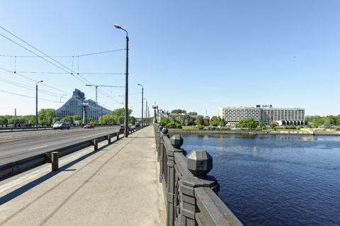 Bild: Die Lettische Nationalbibliothek oder Latvijas Nacionālā bibliotēka in Rīga von der Steinbrücke vom rechten Ufer der Daugava aus gesehen. Die Nationalbibliothek Lettlands befindet sich noch in der Bauphase. Ende Mai 2012.