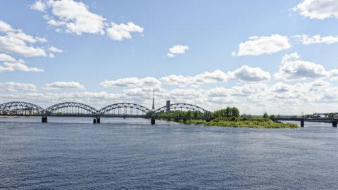 Bild: Rīga - Der Fernsehturm oder Rīgas radio un televīzijas tornis auf der Insel Zaķusala von der Steinbrücke aus gesehen. Aufnahme aus dem Jahre 2012. Klicken Sie auf das Bild, um es zu vergrößern.