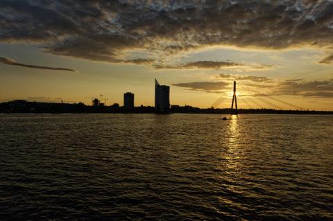 Bild: Rīga - Die Schrägseilbrücke oder Vanšu-Brücke oder Vanšu tilts über den Fluss Daugava. Sonnenuntergang im späten Frühjahr. Foto von Ende Mai 2012. Klicken Sie auf das Bild, um es zu vergrößern.
