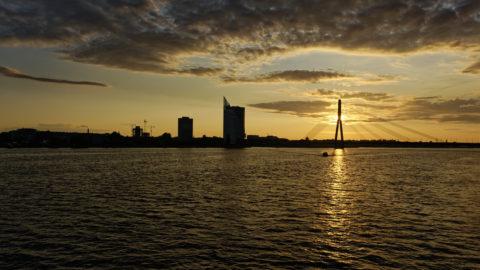 Bild: Rīga - Der Hauptsitz der lettischen SWEDBANK im Saules akmens oder Sonnenstein im Stadtteil Āgenskalns. Links sind die noch im Bau befindlichen Z-Towers und rechts der Pylon der Vanšu-Brücke - Vanšu tilts - zu sehen. Aufnahme Ende Mai 2012. Klicken Sie auf das Bild, um es zu vergrößern.