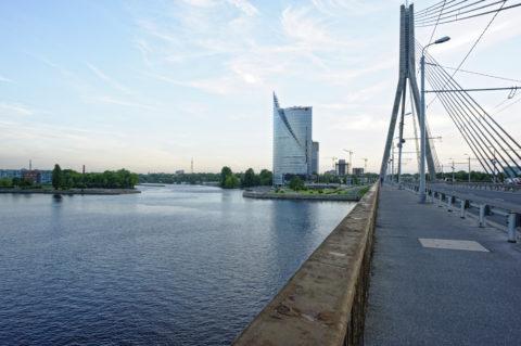 Bild: Rīga - Die Schrägseilbrücke oder Vanšu-Brücke oder Vanšu tilts über den Fluss Daugava. Abendstimmung im späten Frühjahr. Foto von Ende Mai 2012. Klicken Sie auf das Bild, um es zu vergrößern.