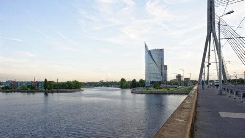 Bild: Rīga - Der Hauptsitz der lettischen SWEDBANK im Saules akmens oder Sonnenstein im Stadtteil Āgenskalns. Von der der Vanšu-Brücke - Vanšu tilts aus gesehen. Aufnahme Ende Mai 2012. Klicken Sie auf das Bild, um es zu vergrößern.