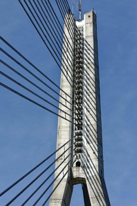 Bild: Rīga - Die Schrägseilbrücke oder Vanšu-Brücke oder Vanšu tilts über den Fluss Daugava. Oberteil des Pylon mit den Tragseilen. Foto von Ende Mai 2012. Klicken Sie auf das Bild, um es zu vergrößern.