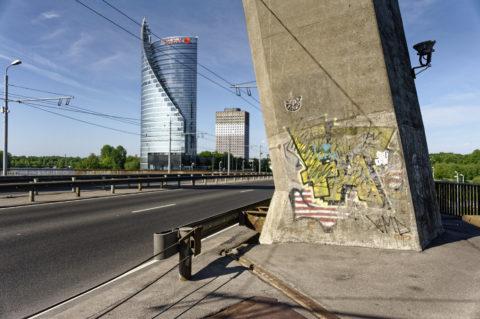 Bild: Rīga - Die Schrägseilbrücke oder Vanšu-Brücke oder Vanšu tilts über den Fluss Daugava. Morgenstimmung im späten Frühjahr. Der Fuß des Pylon. Foto von Ende Mai 2012. Klicken Sie auf das Bild, um es zu vergrößern.