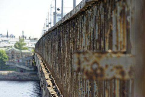 Bild: Rīga - Die Schrägseilbrücke oder Vanšu-Brücke oder Vanšu tilts über den Fluss Daugava. Rost am Stahltragwerk war schon 2012 der dominante Bestandteil der Bausubstanz dieser Brücke. Foto von Ende Mai 2012. Klicken Sie auf das Bild, um es zu vergrößern.
