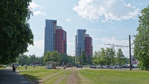 Bild: Der Stadtteil Imanta im Westen von Rīga ist noch zwanzig Jahre älter als Zolitūde. Heute wirkt er aber dank der zahlreichen nach der Unabhängigkeit gebauten Appartementhochhäuser insgesamt moderner. Imanta liegt unmittelbar an einem großen Waldgebiet, es gibt einen großen Park und der Strand von Jūrmala ist nur wenige Auto- oder Zugminuten entfernt. Klicken Sie auf des Bild um es zu vergrößern.