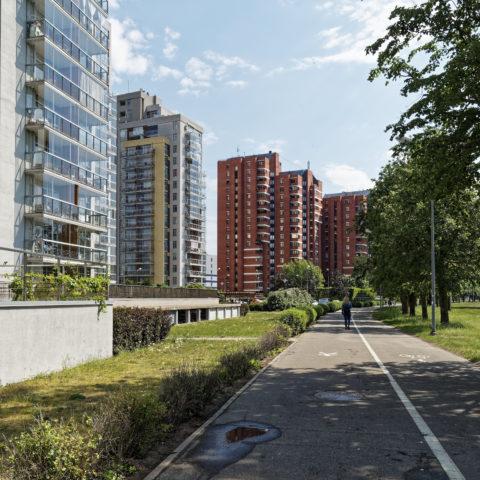Bild: Der Stadtteil Imanta im Westen von Rīga ist gekennzeichnet durch Plattenbauten aus der Zeit der sowjetischen Besatzung in Lettland. Es gibt aber auch eine Menge moderner Appartementhäuser, die nach der Unabhängigkeit errichtet wurden. In Imanta leben gut 60.000 Menschen. Klicken Sie auf des Bild um es zu vergrößern.