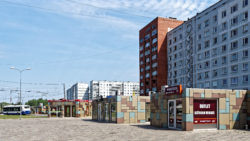 Bild: Ziepniekkalns ist ein Stadtteil von Rīga, der sich auf dem linken (westlichen) Ufer der Daugava befindet. Der Stadtteil wurde in den 1980er Jahren erbaut - und es gibt eigentlich nur Hochhäuser sowjetischer Prägung. Immerhin wurde hier nach der Unabhängigkeit versucht, die triste Architektur der Plattenbauten durch ein paar Pizzabuden aufzulockern. Klicken Sie auf des Bild um es zu vergrößern.