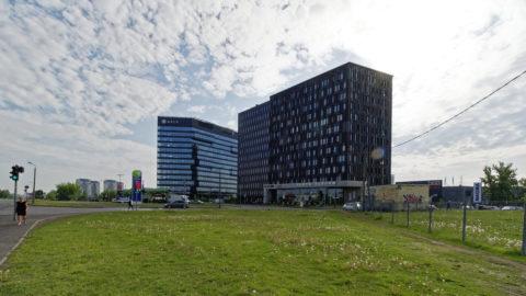 Bild: Der Stadtteil Skanste möchte mal das Bankenzentrum von Rīga werden. Das linke Hochhaus im Bild ist das Gebäude der ABLV Bank, der drittgrößten Bank Lettlands. Der Bank wurde vorgeworfen, Finanzkriminalität zu betreiben. Sie wurde im Februar 2018 abgewickelt. Klicken Sie auf des Bild um es zu vergrößern.