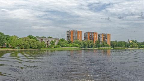 Bild: Daugavgrīva ist ein eher überschaubarer Stadtteil ganz im Nordwesten von Rīga. Aber auch hier gibt es große Wohnblöcke. Sehr interessant ist die Führung der Mittelspannungsleitungen über die Dächer der Wohnblöcke. Klicken Sie auf des Bild um es zu vergrößern.