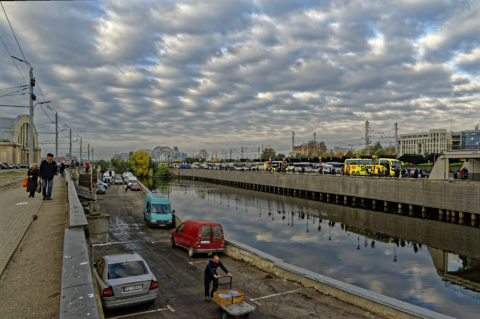 Bild: Rīga - Mit dem Bau der Rail Baltica wird auch das Ufer des Stadtkanals im Bereich des Zentralmarktes aufgewertet. Im Moment ist es vielleicht zweckmäßig, aber jedenfalls ist es nicht sehr einladend. Klicken Sie auf das Bild, um es zu vergrößern.