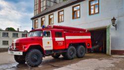 Bild: Feuerwehrfahrzeug ZIL-131 (ЗИЛ-131) der Feuerwehr in Kandava in Lettland vor dem Feuerwehrdepot. Klicken Sie auf des Bild um es zu vergrößern.