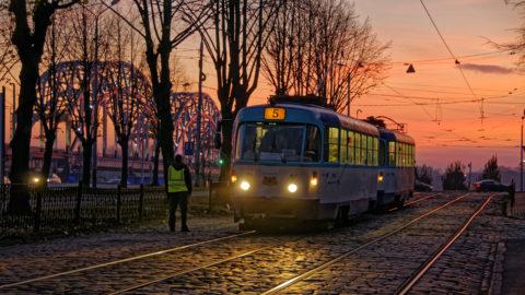 Bild: Rīga - Eisenbahnbrücke über die Daugava und Straßenbahn im Bereich der 13. janvāra iela an einem Abend im Spätherbst. Klicken Sie auf das Bild, um es zu vergrößern.