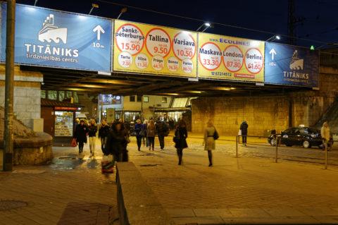 Bild: Rīga - Die Prāgas iela führt über einen Fußgängertunnel direkt zum Zentralmarkt und dem Einkaufszentrum Titāniks. Klicken Sie auf das Bild, um es zu vergrößern.