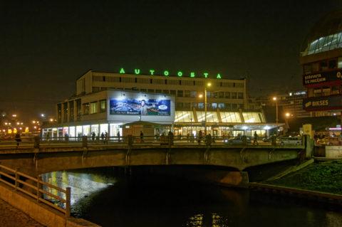 Bild: Rīga - Der Zentrale Omnibusbahnhof befindet sich in unmittelbarer Nähe zum Bahndamm. Für den Bau der Rail Baltica muss er zumindest zeitweise an einen anderen Ort verlagert werden. Klicken Sie auf das Bild, um es zu vergrößern.
