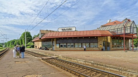 Bild: Innerhalb eines gewissen Einzugsbereiches rund um Rīga ist der Personenverkehr mittels S-Bahn ähnlicher Nahverkerkehrszüge sichergestellt. Das Foto zeigt den Bahnhof Majori des Kurortes Jūrmala. Wer mit diesen Zügen fahren muss, braucht eine gute Kondition. Klicken Sie auf des Bild um es zu vergrößern.