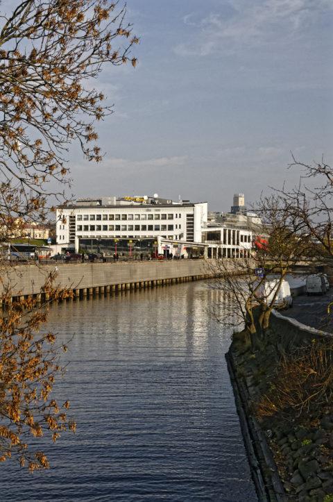 Bild: Rīga - Der Zentrale Omnibusbahnhof befindet sich in unmittelbarer Nähe zum Bahndamm. Klicken Sie auf das Bild, um es zu vergrößern.