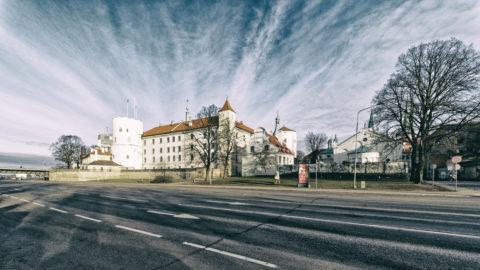 OLYMPUS DIGITAL CAMEBild: Rīga - Das Schloss am nördlichen Rand der Altstadt von der Daugava aus gesehen. OLYMPUS OM-D E-M1 MarkII mit M.ZUIKO DIGITAL ED 7‑14mm 1:2.8 PRO -ISO 200 ¦ f/9 ¦ 7 mm ¦ 1/160 s ¦ kein Blitz. Klicken Sie auf das Bild um es zu vergrößern.
