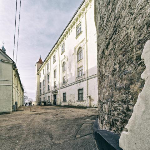 Bild: Rīga - Das Schloss am nördlichen Rand der Altstadt von der Daugavas gāte aus gesehen. Diese Seite des Schlosses wurde bisher nicht restauriert. OLYMPUS OM-D E-M1 MarkII mit M.ZUIKO DIGITAL ED 7‑14mm 1:2.8 PRO -ISO 200 ¦ f/7,1 ¦ 7 mm ¦ 1/60 s ¦ kein Blitz. Klicken Sie auf das Bild um es zu vergrößern.