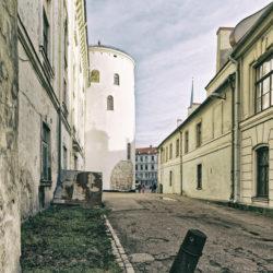 Bild: Rīga - Das Schloss am nördlichen Rand der Altstadt von der Daugavas gāte aus gesehen. Diese Seite des Schlosses wurde bisher nicht restauriert. OLYMPUS OM-D E-M1 MarkII mit M.ZUIKO DIGITAL ED 7‑14mm 1:2.8 PRO -ISO 200 ¦ f/7,1 ¦ 12 mm ¦ 1/60 s ¦ kein Blitz. Klicken Sie auf das Bild um es zu vergrößern.