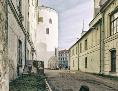 Fototour: Rīga – Ein wenig verrottet – Die Mauer des Schlosses an der Daugavas gāte in der Altstadt