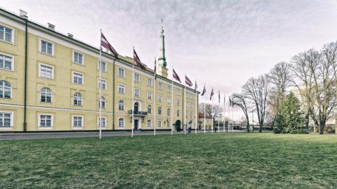 Bild: Rīga - Das Schloss am nördlichen Rand der Altstadt vom Pils laukums aus gesehen. OLYMPUS OM-D E-M1 MarkII mit M.ZUIKO DIGITAL ED 7‑14mm 1:2.8 PRO -ISO 200 ¦ f/5,6 ¦ 7 mm ¦ 1/60 s ¦ kein Blitz. Klicken Sie auf das Bild um es zu vergrößern.