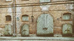 Bild: Rīga - Historisches Speicherhaus in der Arsenāla iela in der Nähe des Schlossplatzes. Dutzende Türen und Tore dienten zum Aufnehmen und Absetzen der Waren. Rīga war vor dem Ersten Weltkrieg eine der wichtigsten Handelsstädte des Russischen Kaiserreiches und sein Tor zum Westen. Klicken Sie auf das Bild um es zu vergrößern.