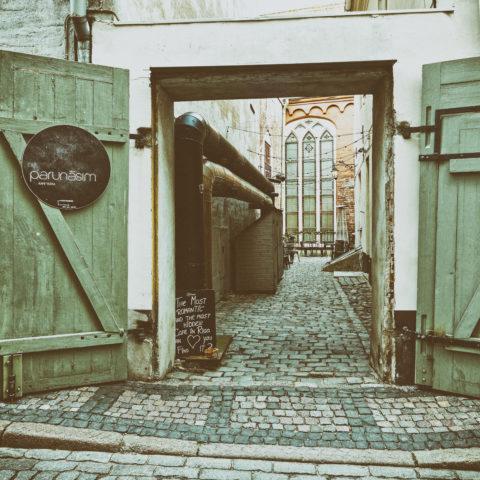 """Bild: Rīga - Innenhof in der in der Nähe der """"Drei Brüder"""" in Mazā Pils iela in der Altstadt. OLYMPUS OM-D E-M1 MarkII mit M.ZUIKO DIGITAL ED 7‑14mm 1:2.8 PRO -ISO 200 ¦ f/5,6 ¦ 12 mm ¦ 1/15 s ¦ kein Blitz. Klicken Sie auf das Bild um es zu vergrößern."""