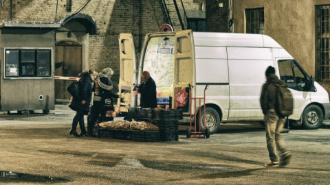 Bild: Rīga - Am Abend vor Silvester 2019 unterwegs auf dem Nachtmarkt in der Nähe des Zentralmarktes. OLYMPUS OM-D E-M1 MarkII mit SIGMA 60 mm F2.8 DN ART -ISO 6400 ¦ f/5,6 ¦ 60 mm ¦ 1/20 s ¦ kein Blitz. High ISO Free Hand Shot. Klicken Sie auf das Bild um es zu vergrößern.