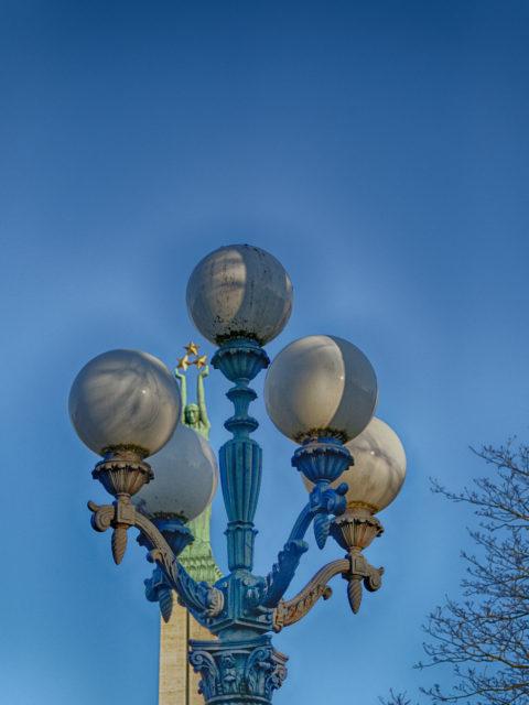 Bild: Das Freiheitsdenkmal - lettisch Brīvības piemineklis - auf dem Brīvības bulvāris in Rīga. Blick auf die Mädchenfigur Milda mit den drei Sternen, die die drei Regionen Lettlands - Vidzeme, Latgale und Kurzeme - symbolisieren. OLYMPUS PEN-F mit SIGMA 60 mm F2.8 DN ART -ISO200 ¦ f/5,6 ¦ 60 mm ¦ 1/1250 s ¦ kein Blitz. Klicken Sie auf das Bild um es zu vergrößern.