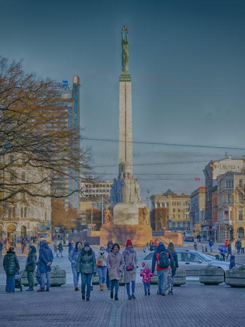Bild: Das Freiheitsdenkmal - lettisch Brīvības piemineklis - auf dem Brīvības bulvāris in Rīgahat für die Letten eine sehr große Bedeutung. OLYMPUS PEN-F mit SIGMA 60 mm F2.8 DN ART -ISO200 ¦ f/5,0 ¦ 60 mm ¦ 1/1000 s ¦ kein Blitz. Klicken Sie auf das Bild um es zu vergrößern.