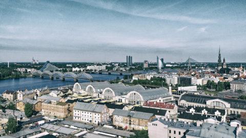 Bild: Blick vom Hochhaus der Akademie der Wissenschaften auf den Zentralmarkt von Rīga. Aufnahme vom Juni 2017. Klicken Sie auf das Bild um es zu vergrößern.