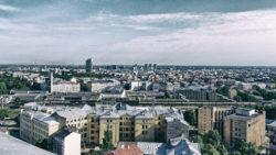 Bild: Das Areal des Hauptbahnhofes muss im Rahmen des Baues der Rail Baltica komplett umgestaltet werden. Es sind zusätzliche Gleise in mitteleuropäischer Normalspur erforderlich. Aufnahme von Juni 2017.