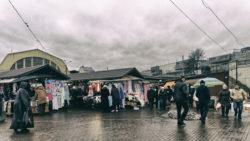 Bild: In diesen Kiosken am Zentralmarkt von Rīga an der Gogoļa iela wurden illegale Zigaretten verkauft. Deshalb wurde seitens der Stastverwaltung Mitte Januar 2020 mit dem Abriss der Kioske begonnen. Der Zentralmarkt hatte das Areal an einen privaten Betreiber verpachtet. Aufnahme vom Dezember 2013. Klicken Sie auf das Bild um es zu vergrößern.