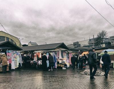 Wirtschaft & Politik: Rīga – Weshalb die Buden am Zentralmakt an der Gogoļa iela schon vor dem Bau der Rail Baltica abgerissen wurden – Steuerfreie Zigaretten für 50 Cent