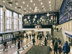 Bild: Hauptbahnhof in Rīga. Der Bahnhof wird im Zuge des Baues der Rail Baltica komplett umgestaltet. Aufnahme vom Dezember 2013. Klicken Sie auf das Bild um es zu vergrößern.